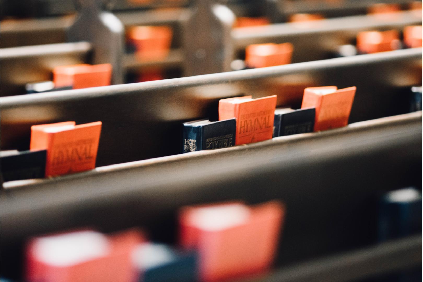 Kirchenbänke (c) www.pixabay.com